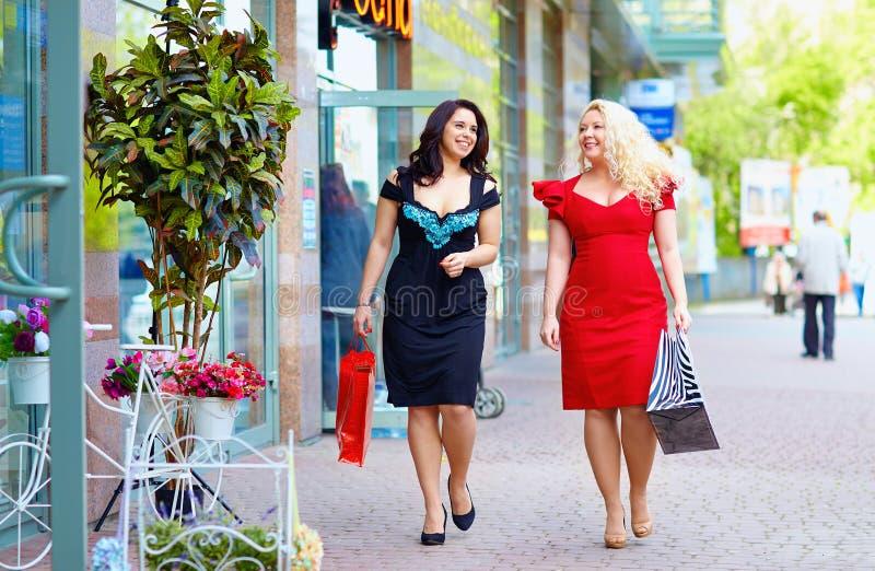 Lyckligt plus att shoppa för formatkvinnor royaltyfria bilder
