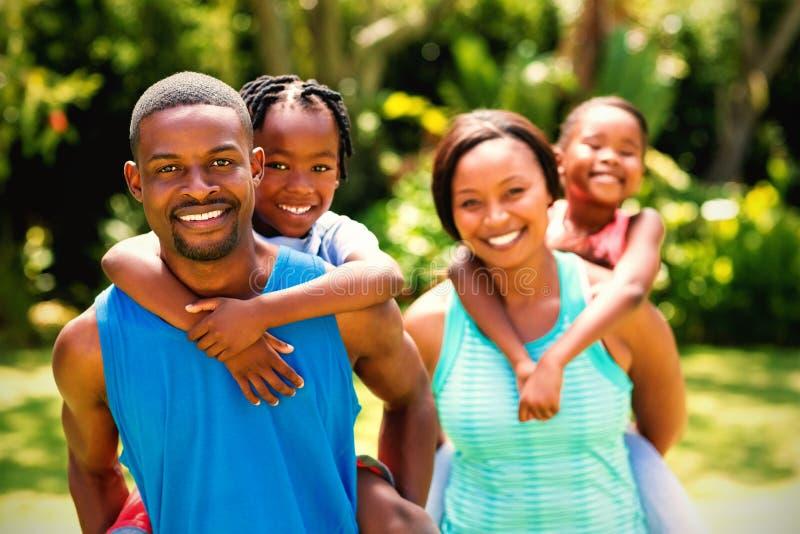 lyckligt posera för familj tillsammans arkivfoto