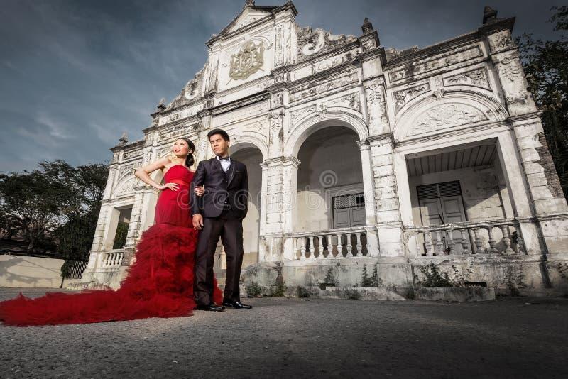 Lyckligt romantiskt gift par fotografering för bildbyråer