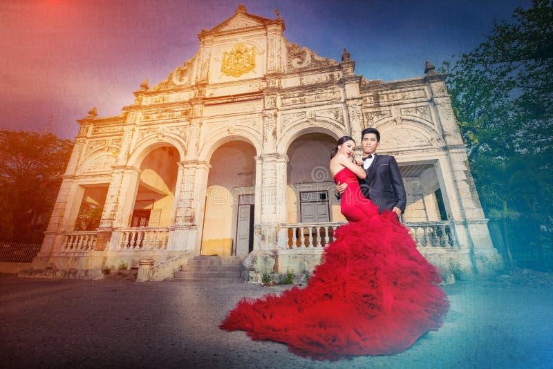Lyckligt romantiskt gift par royaltyfri fotografi