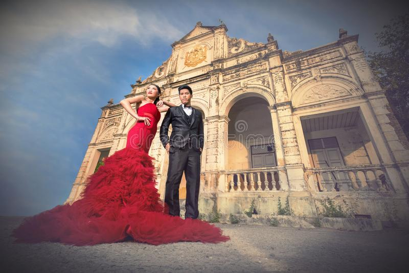 Lyckligt romantiskt gift par arkivfoto