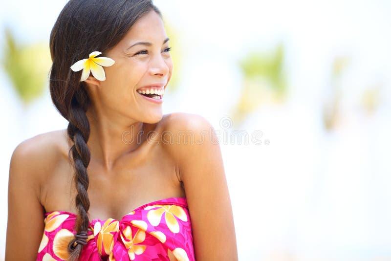 Lyckligt se för strandkvinna som sid skratta royaltyfri fotografi