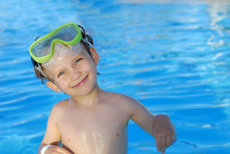 lyckligt simmarebarn arkivbild