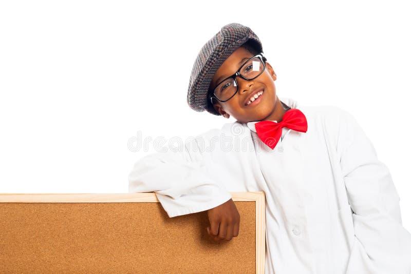 Lyckligt skola pojken och korka stiger ombord royaltyfri bild