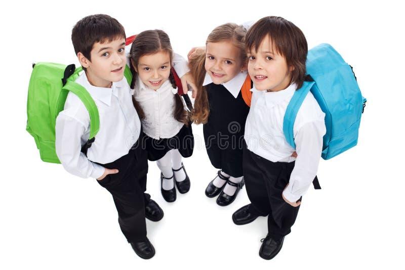 Lyckligt skola ungar med tillbaka packar royaltyfri foto