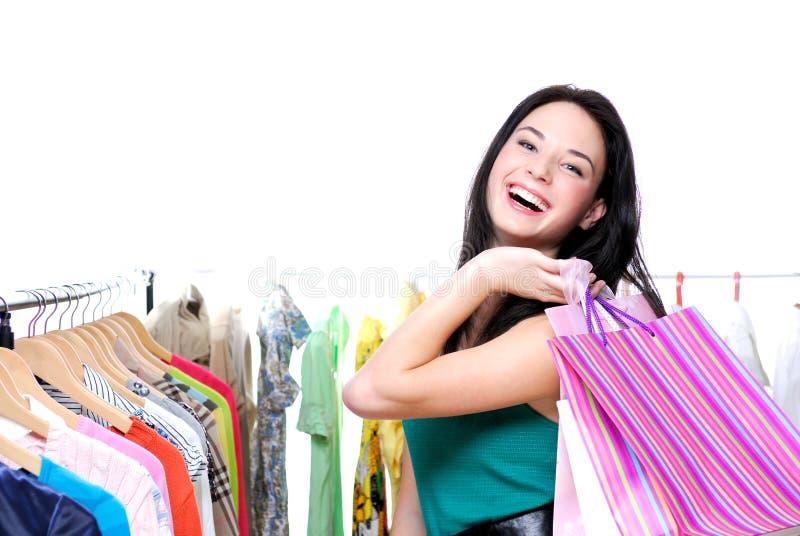 lyckligt skratta shoppa den ut kvinnan royaltyfria foton