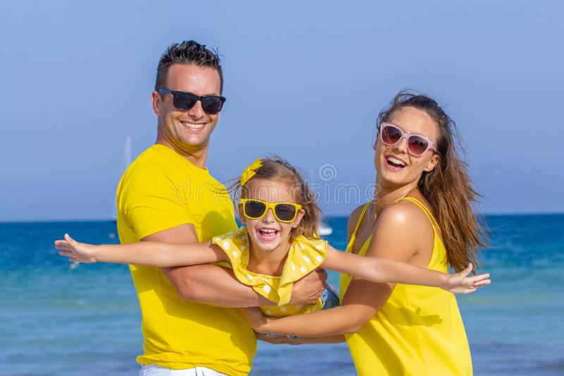 Lyckligt skydd för familjsemestrar royaltyfri foto