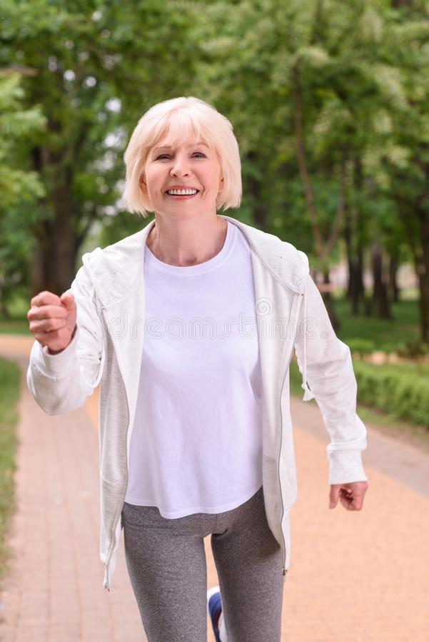 lyckligt sportive högt jogga för kvinna fotografering för bildbyråer
