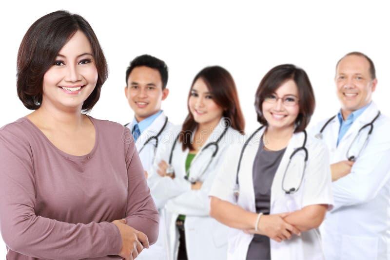 Lyckligt stolt tålmodigt stående främst en grupp av doktorn arkivfoton