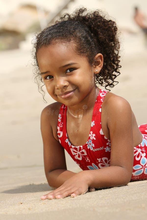 lyckligt strandbarn royaltyfria foton