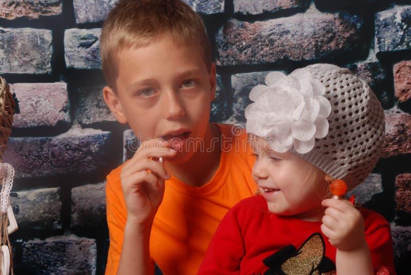 lyckligt syskon royaltyfri bild