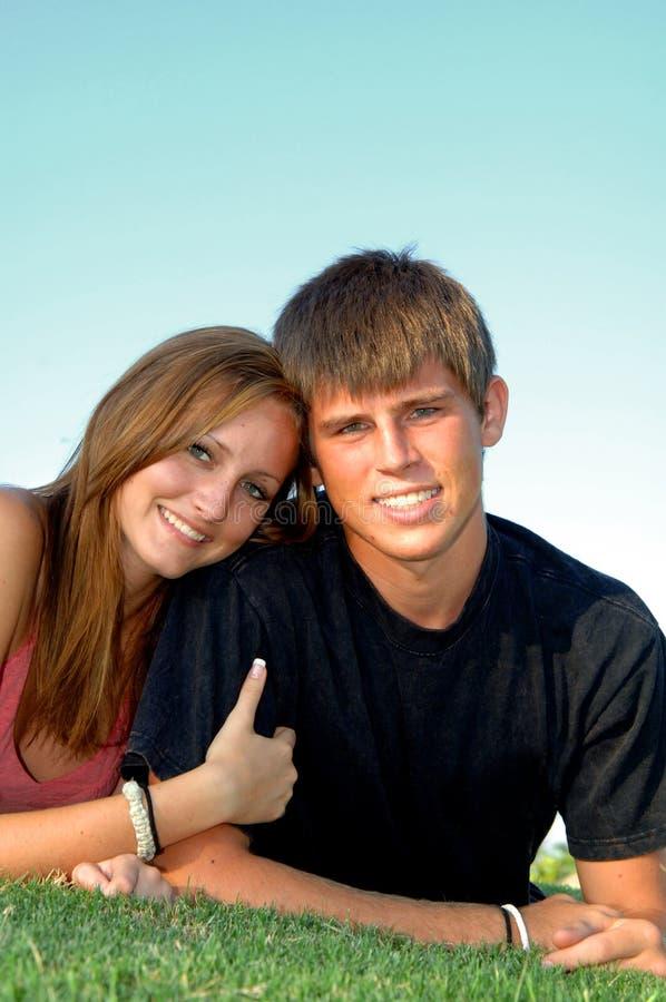 lyckligt teen för par royaltyfri bild