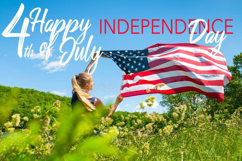 Lyckligt 4th Juli, självständighetsdagenFörenta staterna H?llande amerikanska flaggan f?r kvinna arkivbild