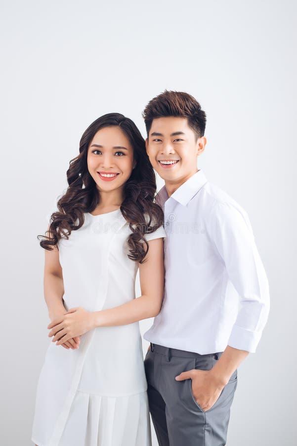 lyckligt tillsammans Le och stående agains för unga förälskade par royaltyfri bild