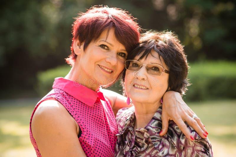 Lyckligt tillsammans - moder och dotter royaltyfri fotografi