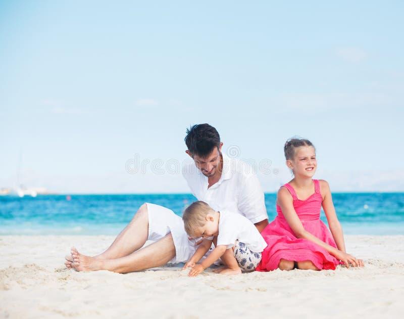 lyckligt tropiskt för strandfamilj royaltyfria foton