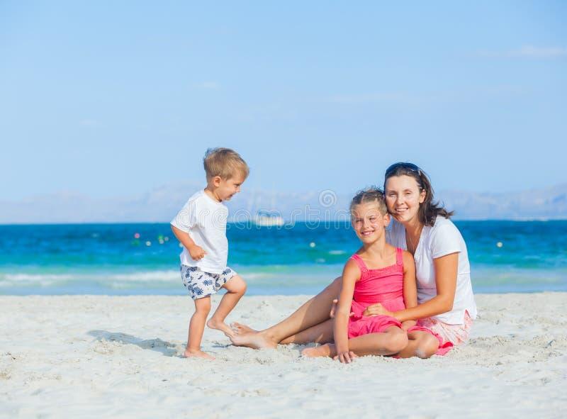 lyckligt tropiskt för strandfamilj arkivbild