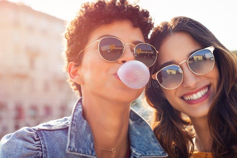 Lyckligt tycka om för unga kvinnor som är utomhus- arkivfoto