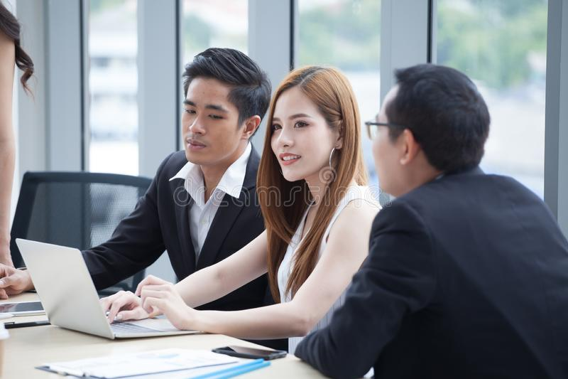 lyckligt ungt affärsman- och affärskvinnalag som arbetar samman med bärbar datordatoren på skrivbordet som i regeringsställning d arkivbilder