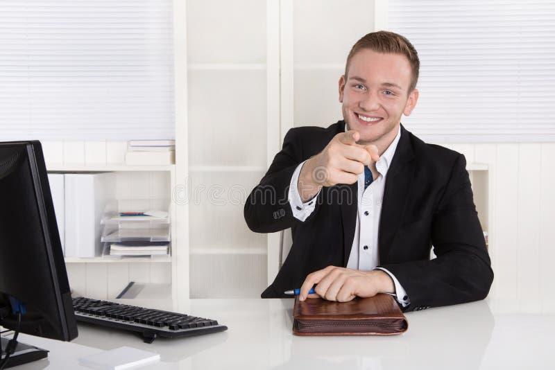 Lyckligt ungt affärsmansammanträde i hans kontor ger rådgivning för cu arkivfoto