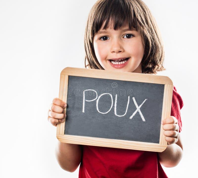 Lyckligt ungt barn som skyddar sig mot head löss, fransk poux royaltyfri foto