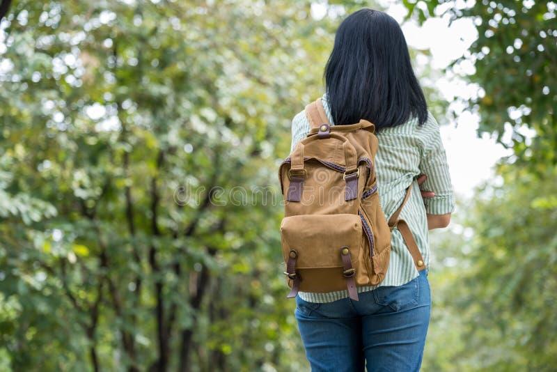 Lyckligt ungt lopp för handelsresandekvinnafotvandrare i grön naturlig fo arkivbild