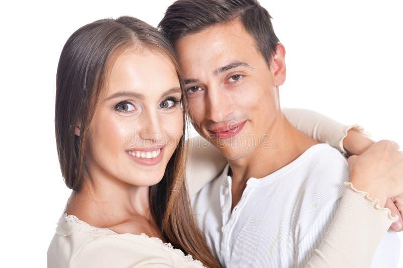 Lyckligt ungt omfamna för par royaltyfri foto