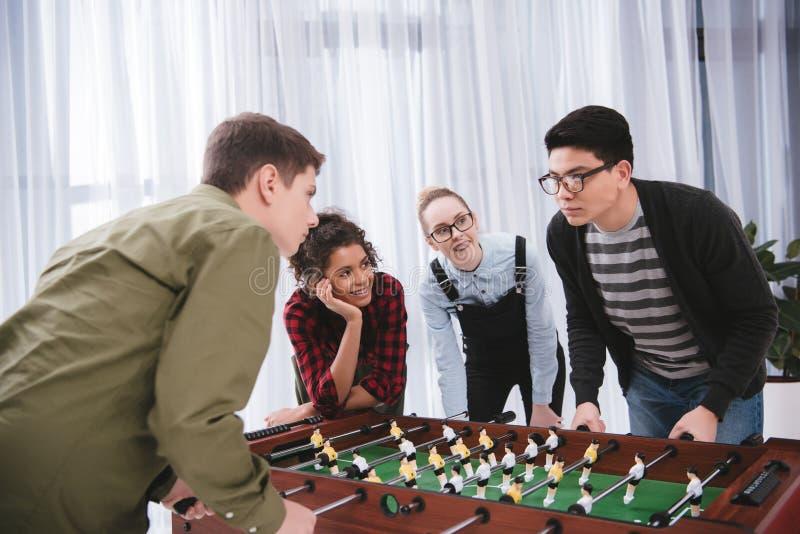 lyckligt ungt spela för tonåringar royaltyfri bild