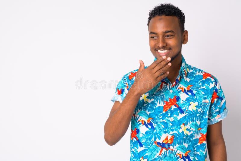 Lyckligt ungt stiligt afrikanskt turist- skratta för man royaltyfri foto
