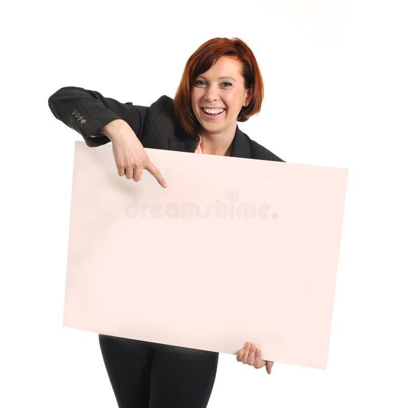 Lyckligt upptaget tecken för papp för affärskvinna hållande som kopieringsutrymme arkivbild