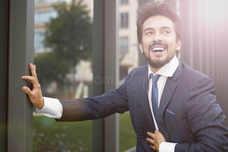 lyckligt utomhus- för affärsman arkivfoto