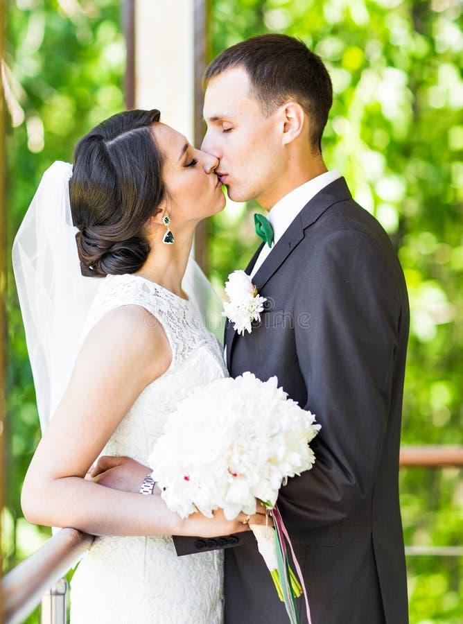 lyckligt utomhus- för brudbrudgum royaltyfri fotografi