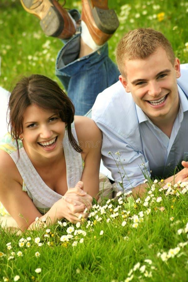 lyckligt utomhus- för härliga par royaltyfri bild