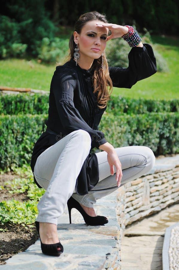 Lyckligt utomhus- kvinnamode royaltyfri fotografi