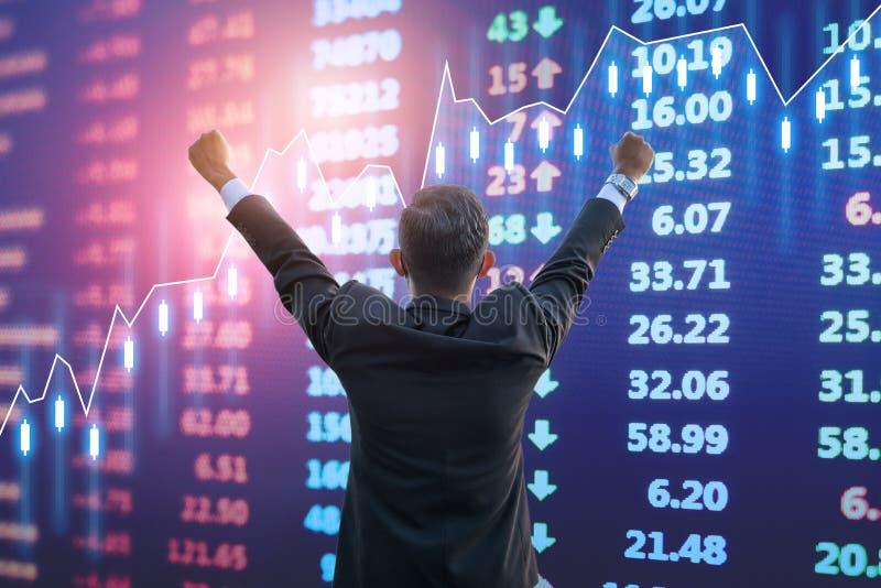 Lyckligt uttryck för affärsman framme av aktiemarknaden royaltyfri foto