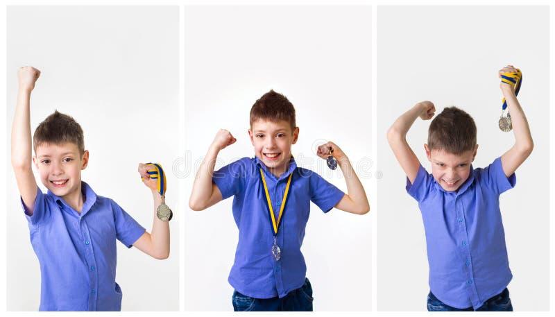 Lyckligt uttrycksfullt barn I med medaljen på vit arkivbild
