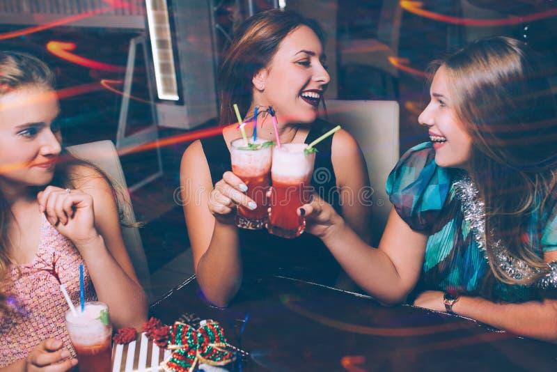 Lyckligt vänparti Glad fritid arkivfoto