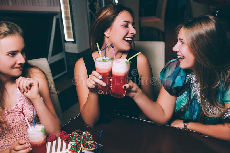 Lyckligt vänparti Glad fritid royaltyfri fotografi
