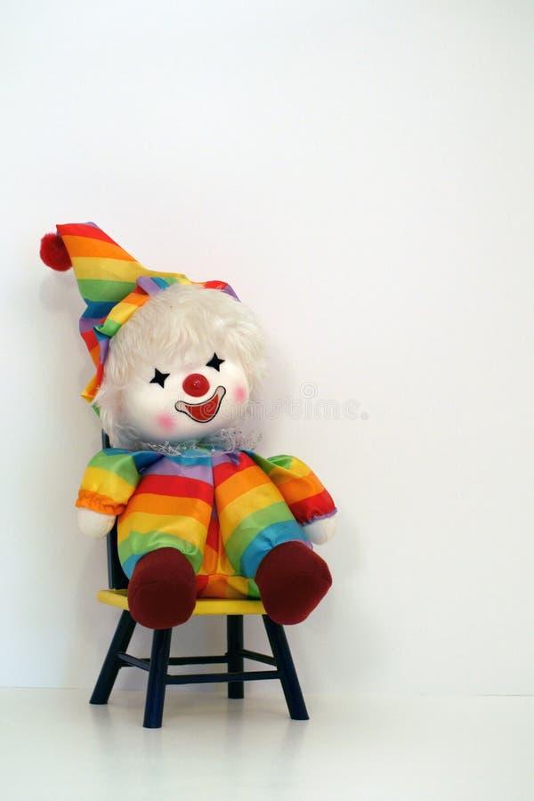 Lyckligt vänt mot clowndockasammanträde på en automatisk frånslagningstidsstol arkivfoto