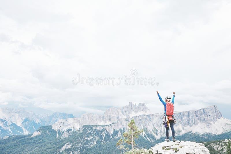 Lyckligt vagga klättraren i Dolomites royaltyfri fotografi