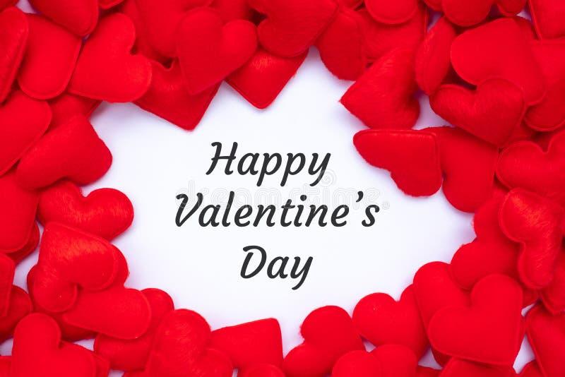LYCKLIGT VALENTIN DAGord med röd bakgrund för hjärtaformgarnering Förälskelse, bröllop, romantiker och ferie arkivfoton