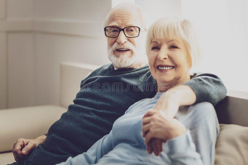 Lyckligt vila för gift par royaltyfri fotografi