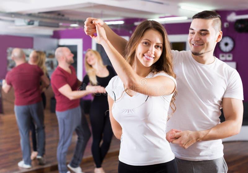 Lyckligt vuxet tycka om för par av partnerdansen royaltyfri fotografi