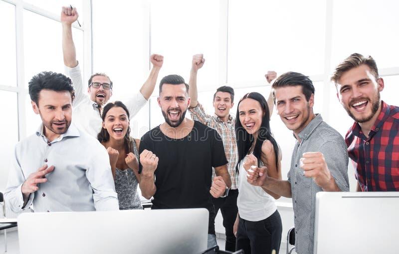 Lyckligt yrkesm?ssigt aff?rslaganseende i modernt kontor royaltyfri fotografi