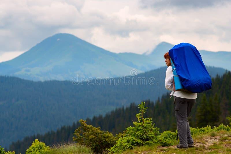 Lycksökarekvinnlig med den stora ryggsäcken royaltyfria bilder