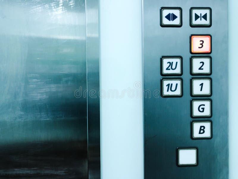 Lyft dörrar och numrera golv fotografering för bildbyråer