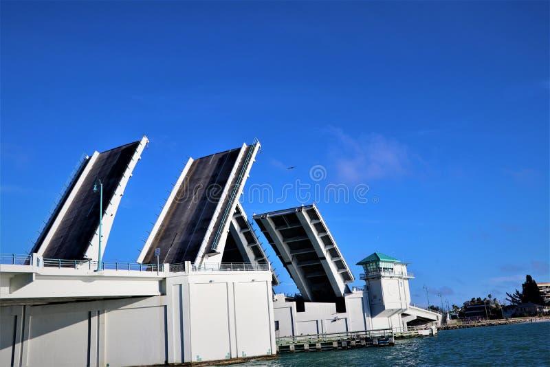 Lyfta av portarna på Johns passerande Florida fotografering för bildbyråer
