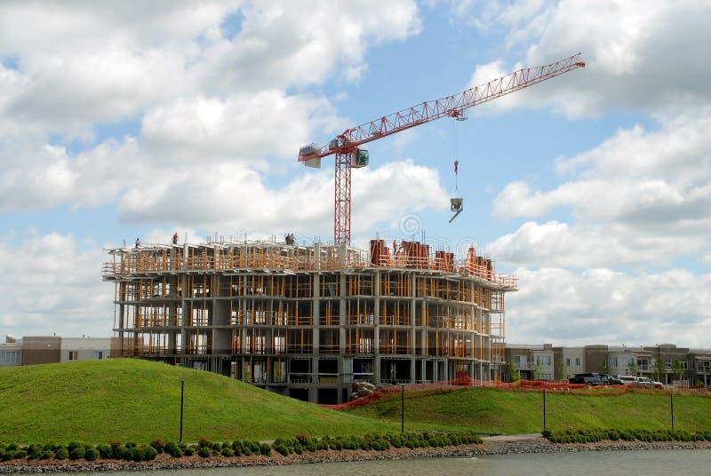 lyfta för kran för byggnadskonstruktion royaltyfria foton