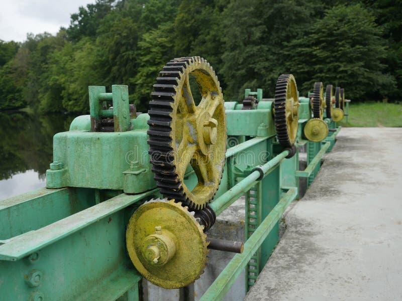 Lyftande mekanism för vattenbarriär fotografering för bildbyråer