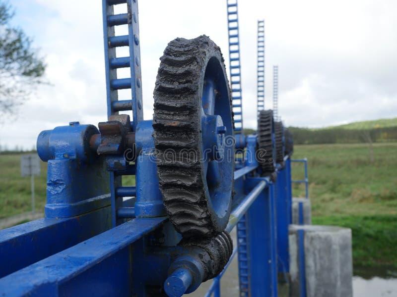 Lyftande mekanism för vattenbarriär arkivbild